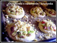 drożdżówki z rabarbarem i kruszonką