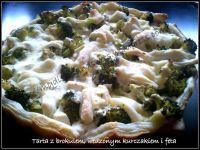 Tarta z brokułem, wędzonym kurczakiem i fetą.