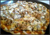 pizza z tuńczykiem, kaparami i serem pleśniowym