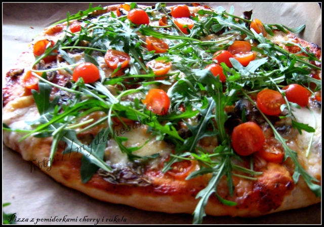 pizza z pomidorkami cherry i rukolą