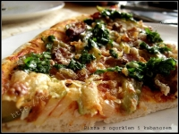 pizza z ogórkiem i kabanosem