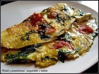 omlet z pomidorami, mozzarellą i rukolą