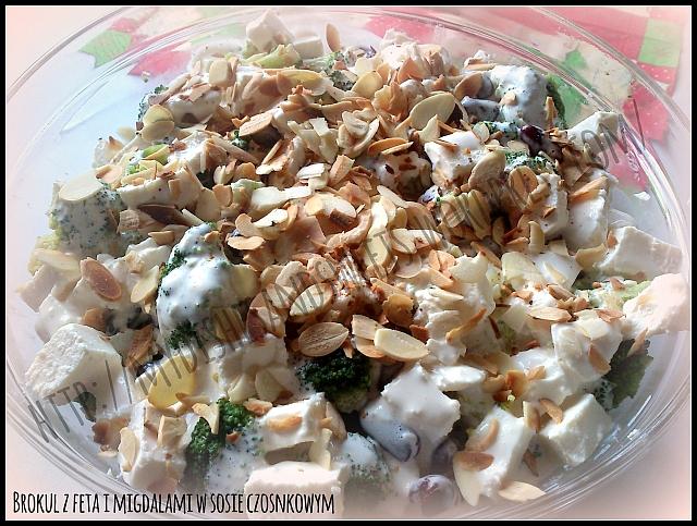 brokuł z fetą i migdałami w sosie czosnkowym
