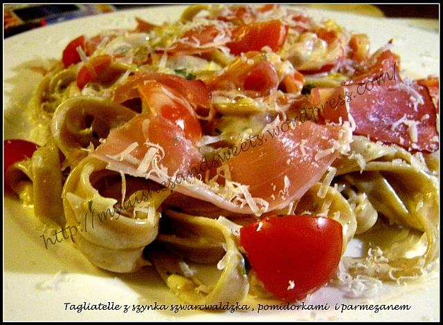Tagliatelle z szynką szwarcwaldzką, pomidorkami i parmezanem