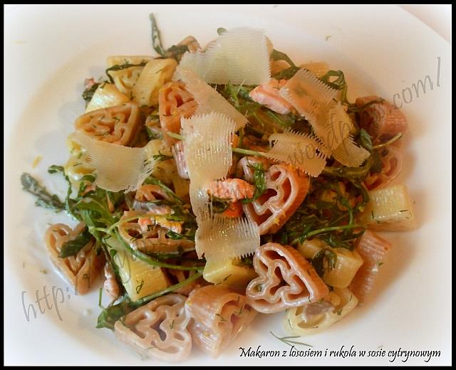 Makaron z łososiem i rukolą w sosie cytrynowym