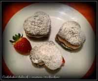 czekoladowe babeczki z bitą śmietaną i truskawkami