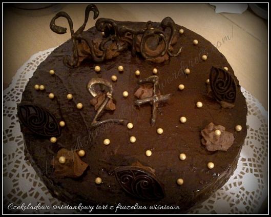 Czekoladowo-śmietankowy tort z frużeliną wiśniową
