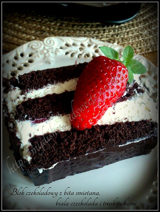 blok czekoladowy z bitą śmietaną, białą czekoladą i truskawkami