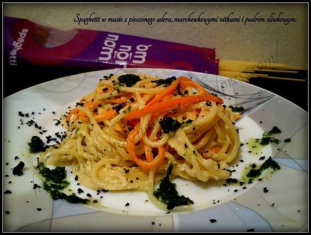 Spaghetti w musie selerowym, marchewkowymi nitkami i pudrem oliwkowym