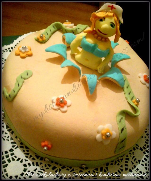tort -kobieta wychodząca z tortu