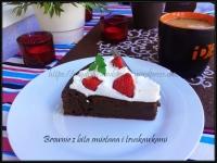 brownie z bitą śmietaną i truskawkami