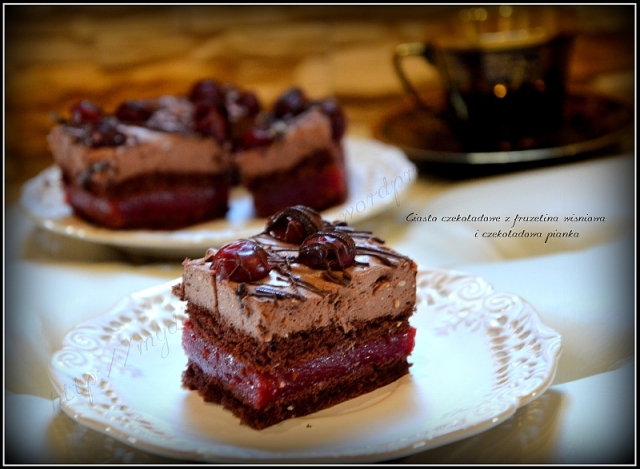 Ciasto czekoladowe z frużeliną wiśniową i pianką czekoladową.