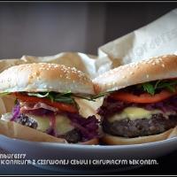 Domowe hamburgery z konfiturą z czerwonej cebuli i chrupiącym bekonem.