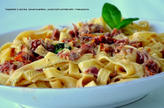 Tagliatelle z szynką szwarcwaldzką, suszonymi pomidorami i mascarpone.