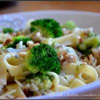 Tagliatelle z brokułem i orzechami w sosie serowym