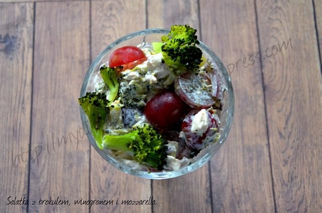 Sałatka z brokułem, winogronem i serem mozzarella