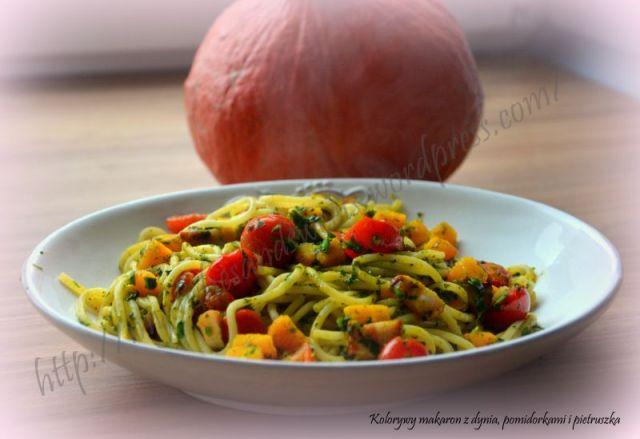 makaron z dynią, pomidorkami i pietruszką