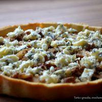 Tarta z gruszką, serem pleśniowym i orzechami.