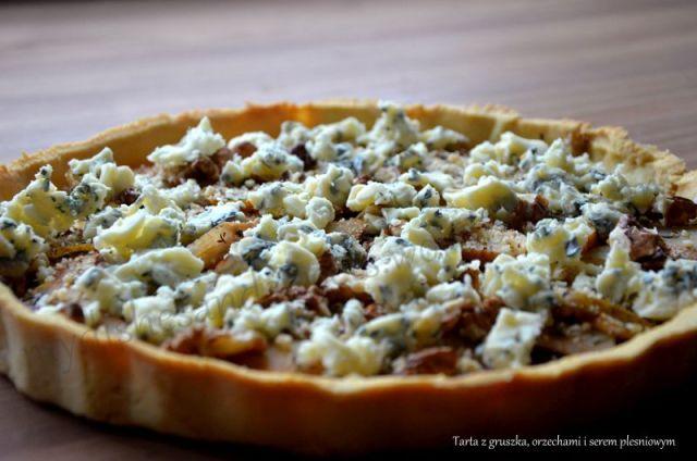 Tarta z gruszką, serem pleśniowym i orzechami